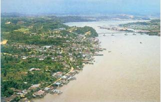 Contoh pola desa memanjang mengikuti pantai. (Sumber: Indonesian Heritage)